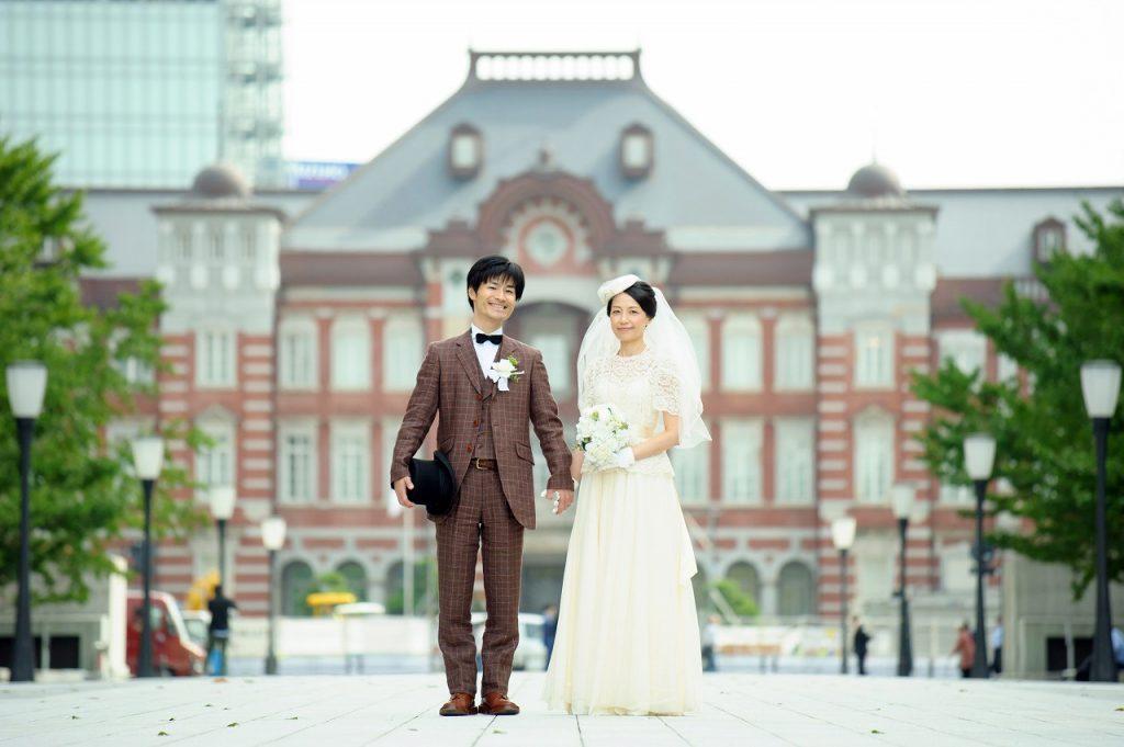 東京駅、丸の内でフォトウエディング・前撮り。東京駅をバックに。レトロでかわいいウエディングフォト